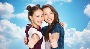 Adolescentes sonrientes felices que muestran los pulgares para arriba Fotos de archivo libres de regalías