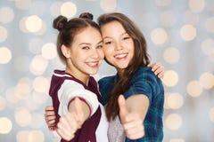 Adolescentes sonrientes felices que muestran los pulgares para arriba Fotos de archivo