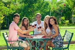 Adolescentes sonrientes que celebran las vacaciones de verano Imágenes de archivo libres de regalías