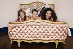 Adolescentes sonrientes que mienten en cama Fotos de archivo libres de regalías