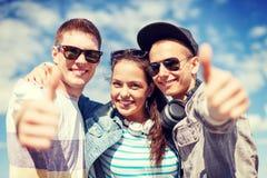 Adolescentes sonrientes que muestran los pulgares para arriba Foto de archivo libre de regalías