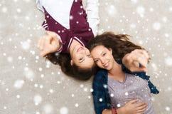 Adolescentes sonrientes que señalan el finger a usted Imagenes de archivo