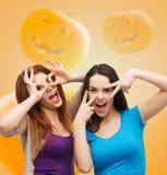 Adolescentes sonrientes que se divierten Imagen de archivo libre de regalías