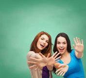 Adolescentes sonrientes que se divierten Foto de archivo libre de regalías