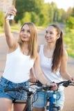 Adolescentes sonrientes que toman el selfie con el teléfono móvil Fotos de archivo libres de regalías