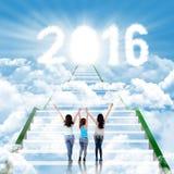 Adolescentes sur les escaliers avec les numéros 2016 Photo stock