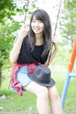 Adolescentes tailandeses de las mujeres de Asia se relajan en parque Fotos de archivo libres de regalías