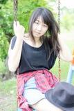 Adolescentes tailandeses de las mujeres de Asia se relajan en parque Imagenes de archivo