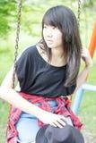 Adolescentes tailandeses de las mujeres de Asia se relajan en parque Foto de archivo