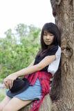 Adolescentes tailandeses de las mujeres de Asia se relajan en parque Fotografía de archivo