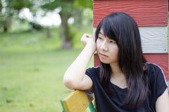 Adolescentes tailandeses de las mujeres de Asia se relajan en parque Fotografía de archivo libre de regalías