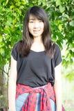 Adolescentes tailandeses de las mujeres de Asia se relajan en parque Imágenes de archivo libres de regalías