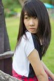 Adolescentes tailandeses de las mujeres de Asia se relajan en parque Imagen de archivo libre de regalías