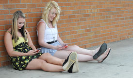 Adolescentes texting con el móvil Imagen de archivo