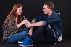 Adolescentes traviesos que beben el alcohol Fotos de archivo
