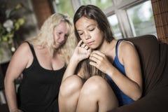 Adolescentes tristes en el sofá tienen cierto mún momento en casa Fotografía de archivo libre de regalías