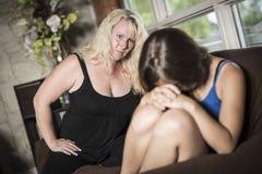 Adolescentes tristes en el sofá tienen cierto mún momento en casa Fotografía de archivo