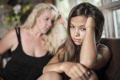 Adolescentes tristes en el sofá tienen cierto mún momento en casa Fotos de archivo libres de regalías