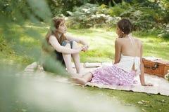 Adolescentes vistos a través de las hojas Fotos de archivo libres de regalías
