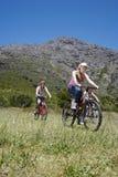 Adolescentes y muchacha Biking al aire libre Foto de archivo libre de regalías
