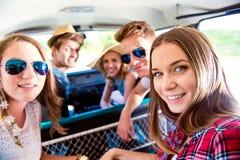 Adolescentes y muchachas dentro de un campervan viejo, roadtrip Fotos de archivo