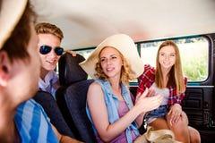 Adolescentes y muchachas dentro de un campervan viejo, roadtrip Foto de archivo