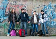Adolescentes y muchachas que llevan a cabo las manos al aire libre Fotos de archivo libres de regalías