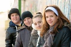 Adolescentes y muchachas que se divierten al aire libre Fotos de archivo libres de regalías