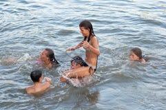 Adolescentes y muchachas que se divierten en el agua Fotos de archivo libres de regalías