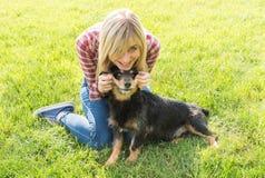 Adolescentes y perro Fotografía de archivo