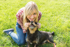 Adolescentes y perro Foto de archivo