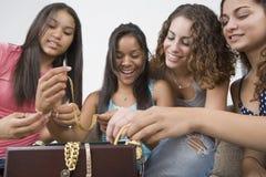 Adolescentes y su joyería. Foto de archivo libre de regalías