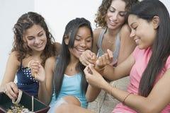 Adolescentes y su joyería. Fotografía de archivo libre de regalías