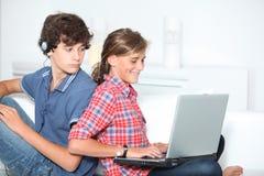 Adolescentes y tecnología Foto de archivo libre de regalías