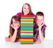 Adolescenti accanto alla colonna del libro Fotografie Stock