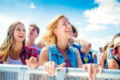 Adolescenti al dancing ed al canto di festival di musica di estate fotografie stock libere da diritti