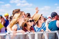Adolescenti al festival di musica di estate che si godono di fotografie stock