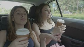 Adolescenti allegri che vanno ballare di vacanza e sul caffè bevente che godono del viaggio in un'automobile archivi video