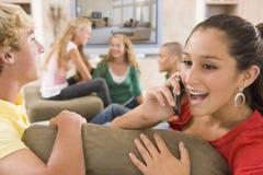 Adolescenti che appendono fuori davanti alla televisione Fotografie Stock