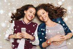 Adolescenti che ascoltano la musica sullo smartphone Fotografia Stock Libera da Diritti