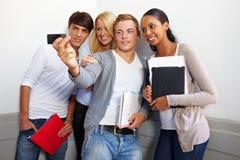 Adolescenti che catturano la foto del gruppo Immagini Stock