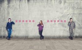Adolescenti che comunicano sul telefono Fotografia Stock Libera da Diritti