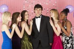 Adolescenti che esaminano ragazzo attraente Fotografia Stock
