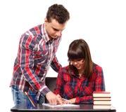 Adolescenti che fanno insieme compito Immagine Stock