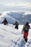 Adolescenti che fanno un'escursione in inverno Fotografia Stock Libera da Diritti