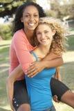 Adolescenti che hanno divertimento in sosta Fotografie Stock