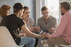 Adolescenti che parlano con il consulente di dipendenza immagini stock