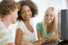 Adolescenti che per mezzo del desktop computer Fotografie Stock Libere da Diritti