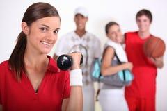 4 adolescenti che praticano gli sport Fotografie Stock