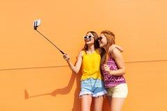 Adolescenti che prendono immagine dal bastone del selfie Fotografia Stock Libera da Diritti